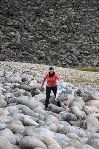 På jakt etter marin søppel på Værøy.