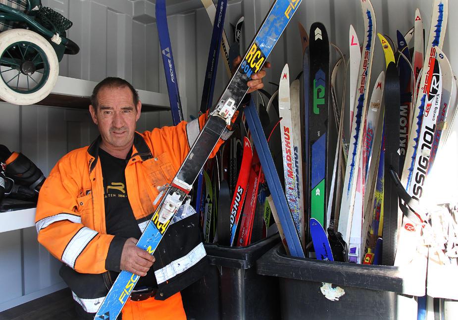 Arne Løkås med ski som kan hentes gratis i byttebua.