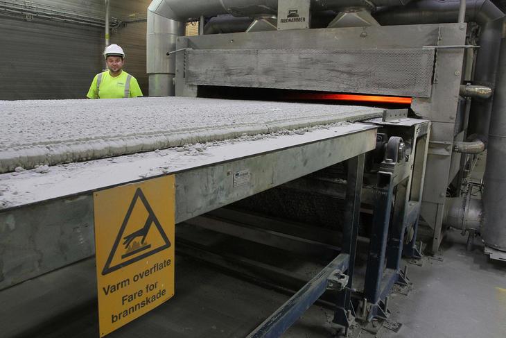 Glasset knuses og sendes gjennom ovner med temperatur på over 900 grader for å bli til Glasopor.