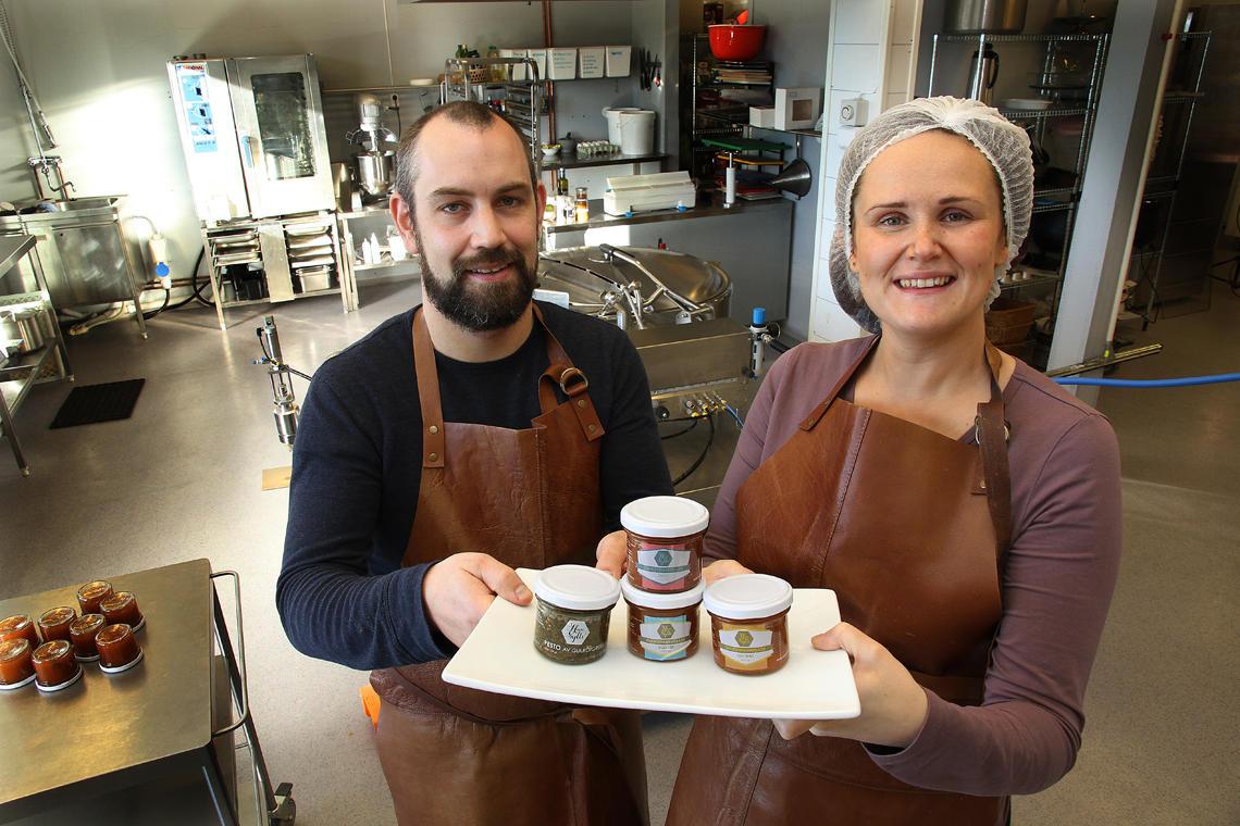 Håvard og Mathilde med marmeladen.