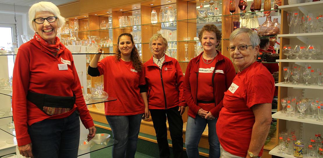 Frivillige på Røde Kors-butikken er også humørspredere.