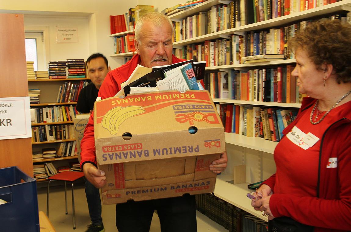 Tunge løft på bruktbutikken til Røde Kors