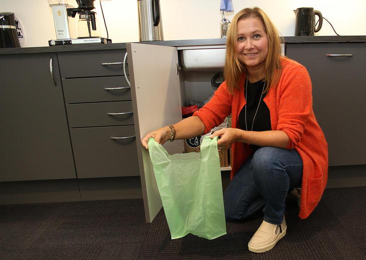 Kundesenterleder Britt Solveig Skjelvan med den nye bioposen med knyteører.