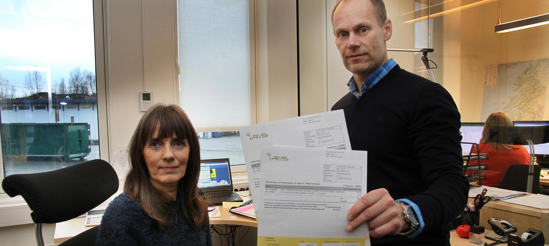 Økonomisjef Bjørn Ove Moum og kundebehandler Gunn B. Willumsen på kundesenteret til Iris vil ha kundene over på AvtaleGiro og eFaktura. I 2018 blir det 45 kroner i gebyr på papirfaktura i posten.