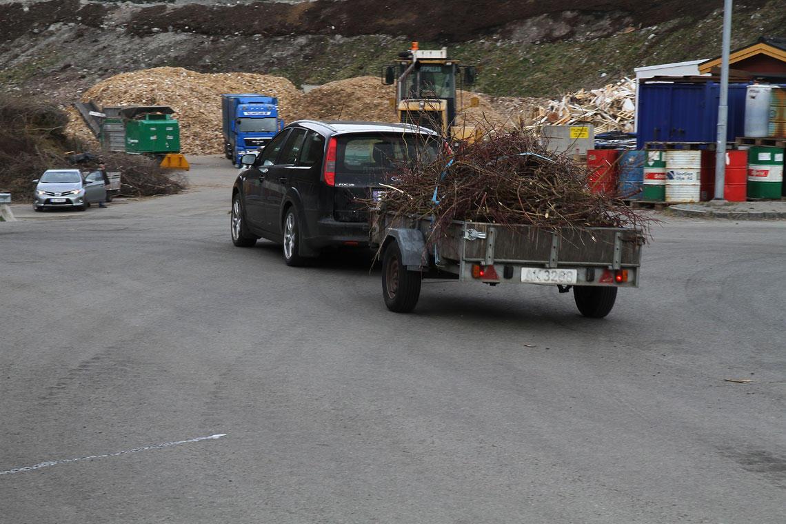 Bil med hageavfall.