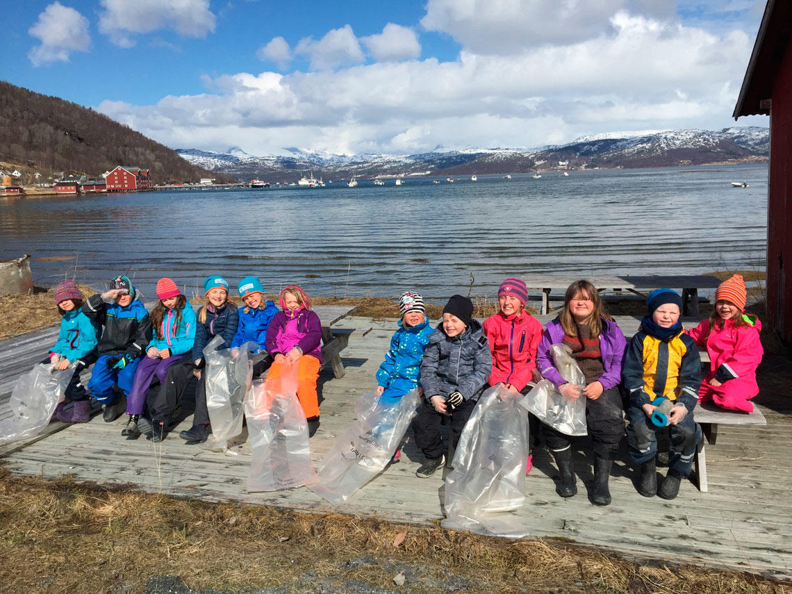 Småtrinnet Rørsvik skole klar for strandrydding