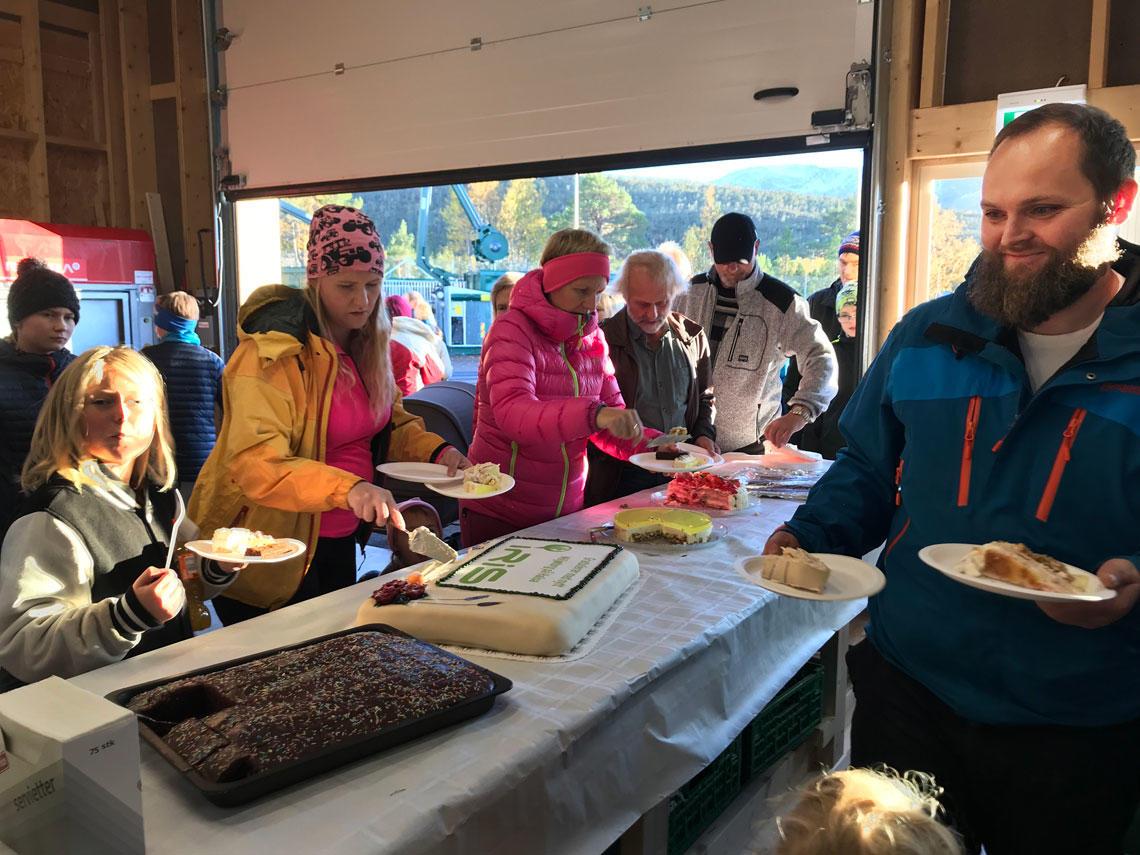 Kakefest på åpningen av miljøtorget på Halsa