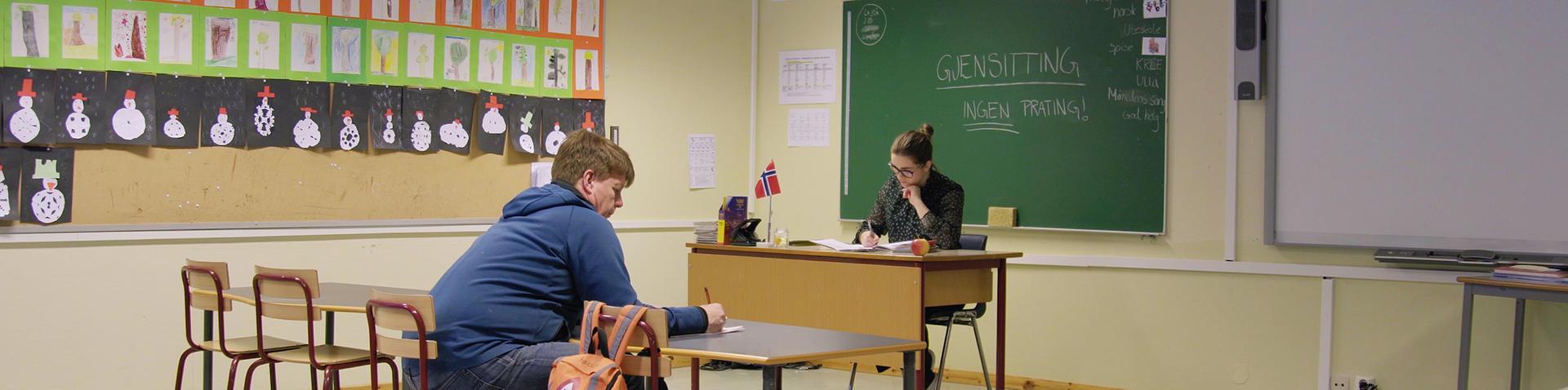 Iris-direktøren har satt seg på skolebenken for å lære.