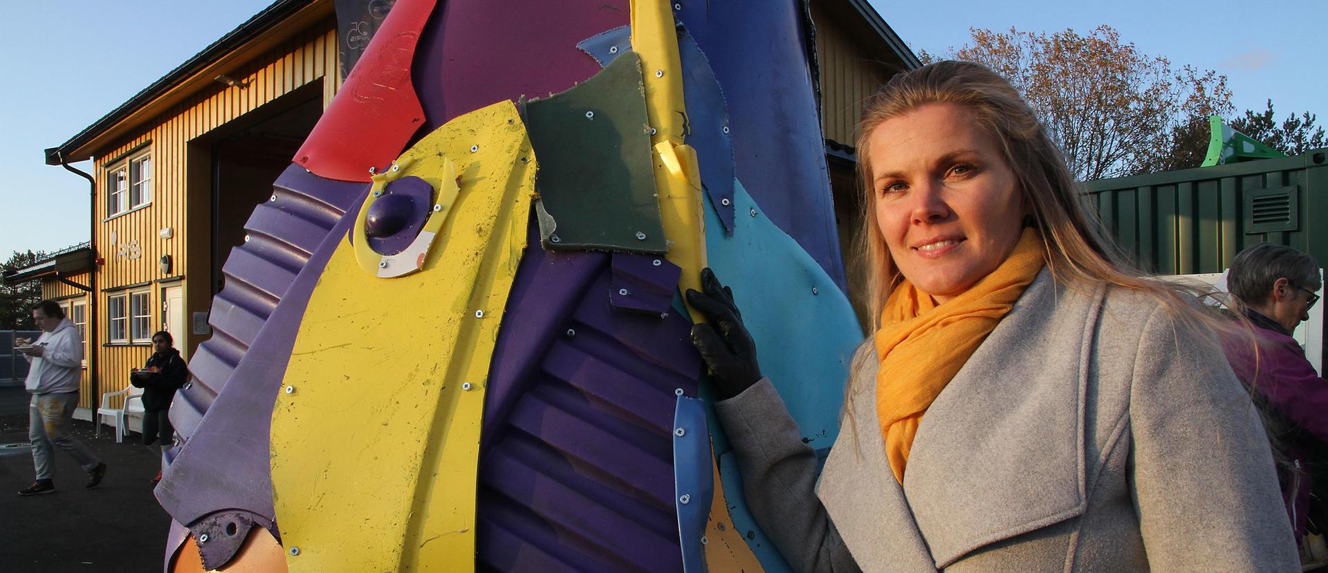 Heidi Ruud ved skulpturen på Halsa