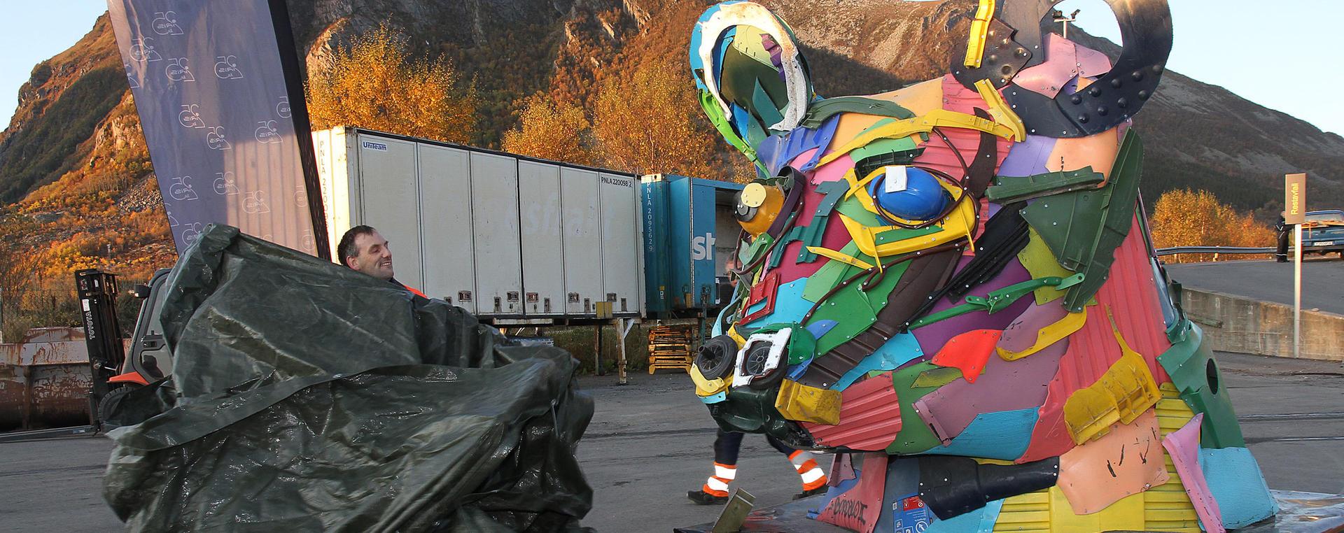Einar avduker skulpturen