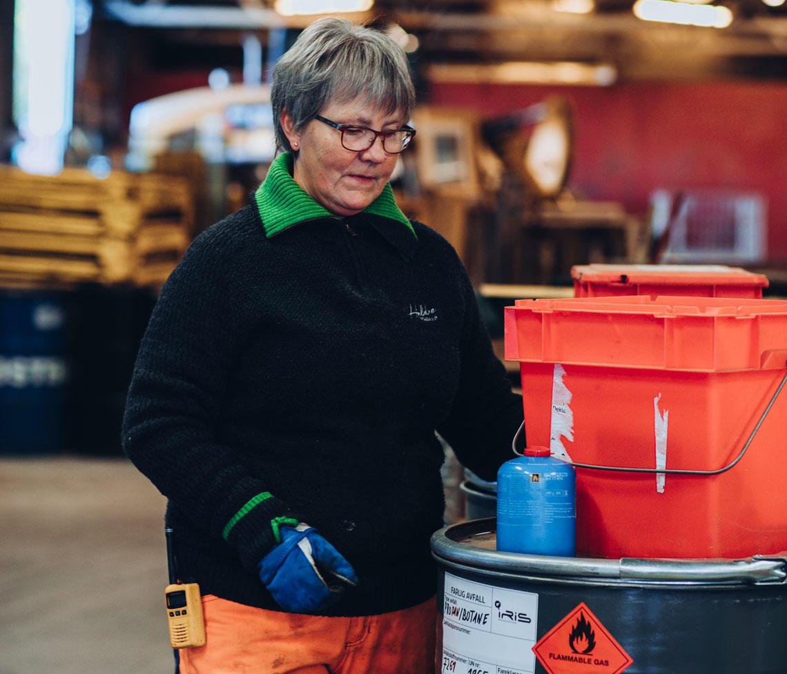 Dame på avfallsanlegg