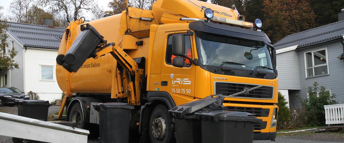 Avfallsbil tømmer dunker