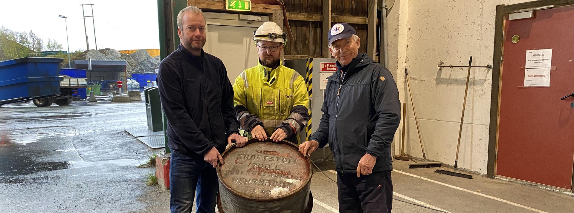 Tre menn med et oljefat