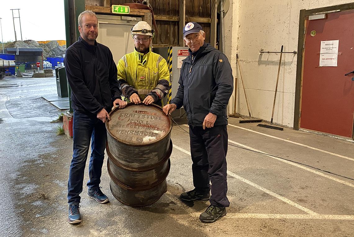 tre mann og et oljefat