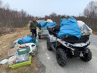 Mann med ATV og søppelsekker