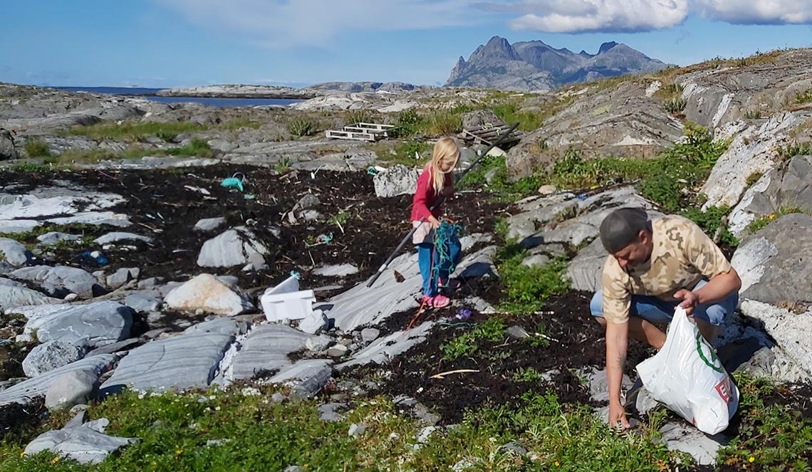 jente og mann rydder marint avfall
