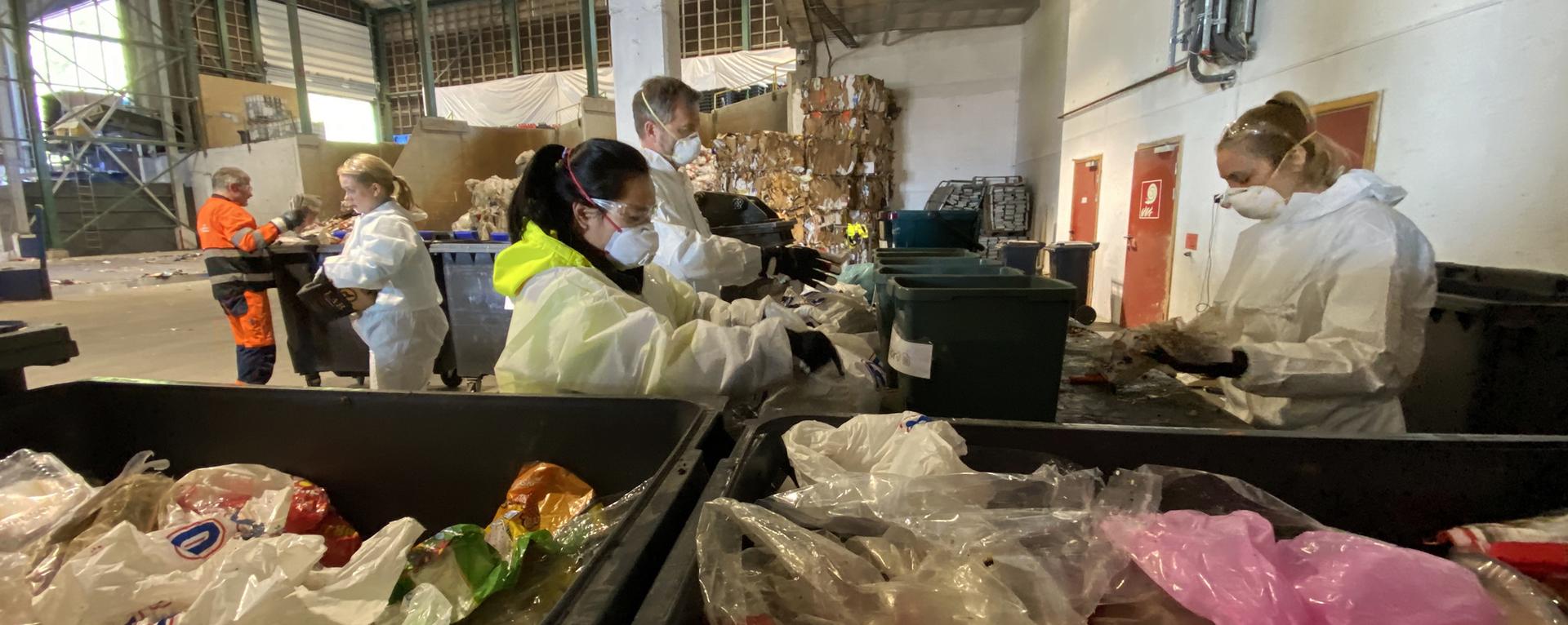 Personer som analyserer avfall
