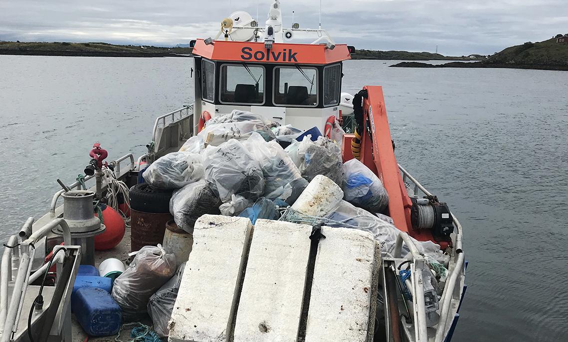 Båt med avfall