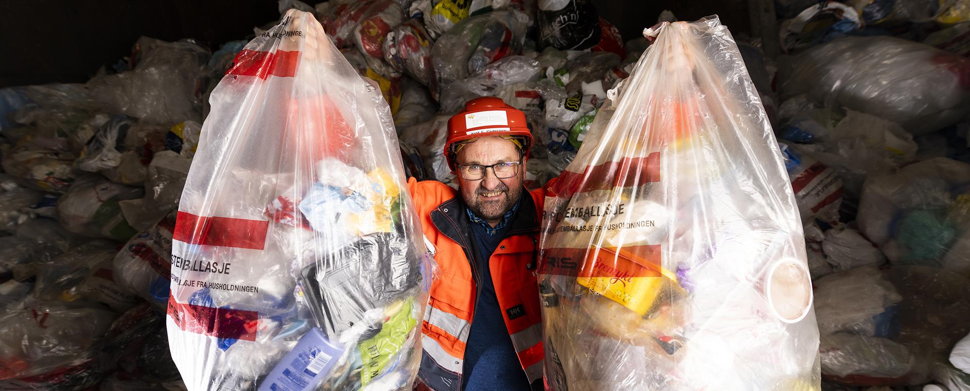 mann med plastsekker