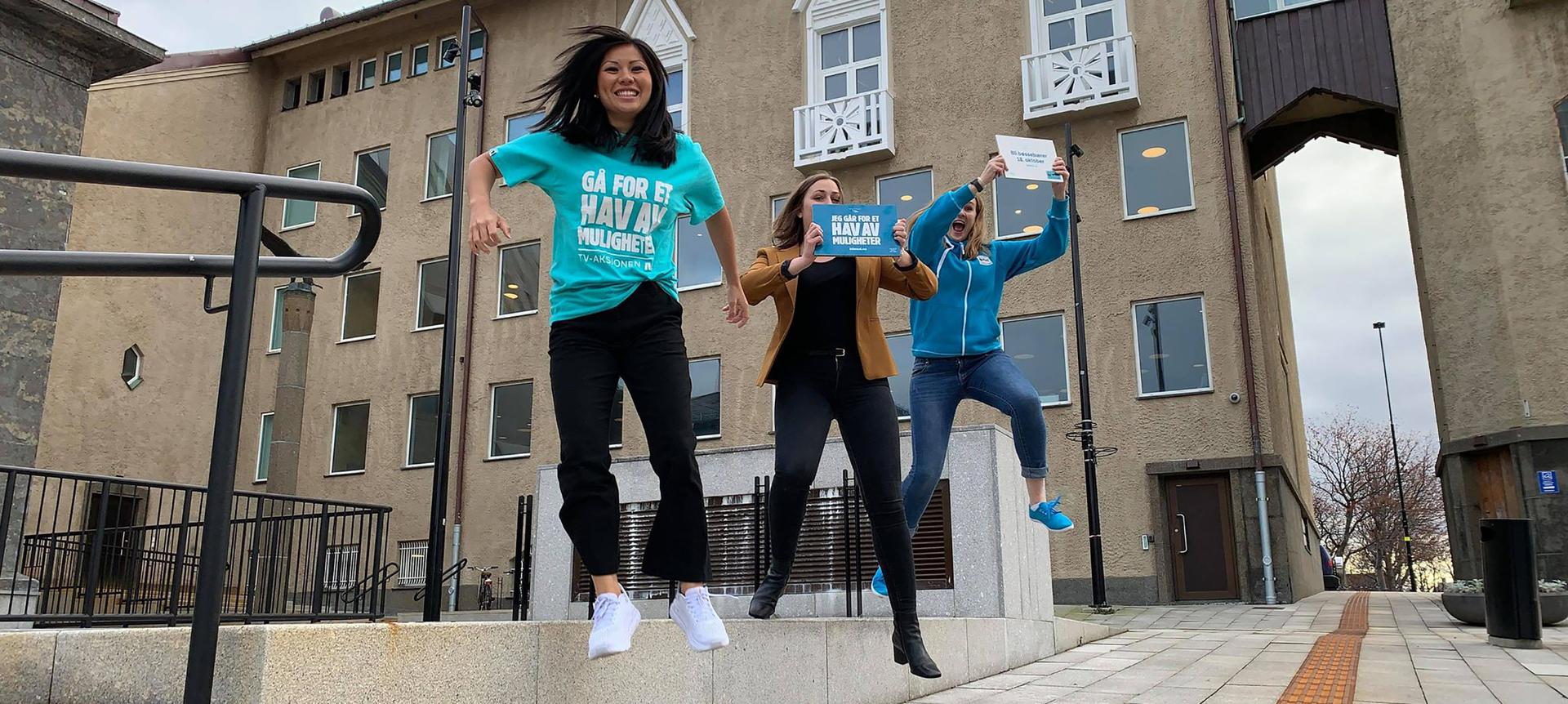 Tre jenter som hopper