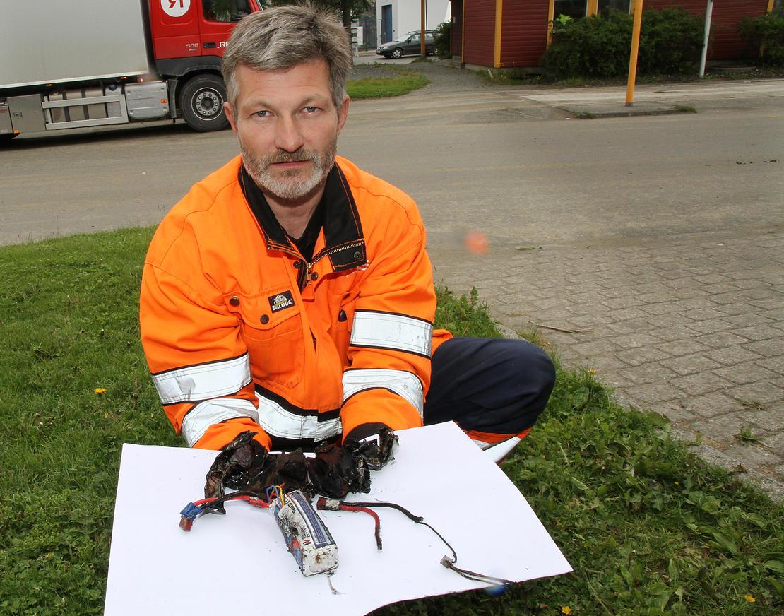 Sjåfør Runar Horn med restene av batteriene etter at de tok fyr i renovasjonsbilen. Han oppfordrer alle til å sortere ut batterier og levere de inn på miljøtorgene til Iris.