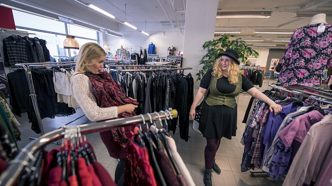 TO damer kjøper brukteklær