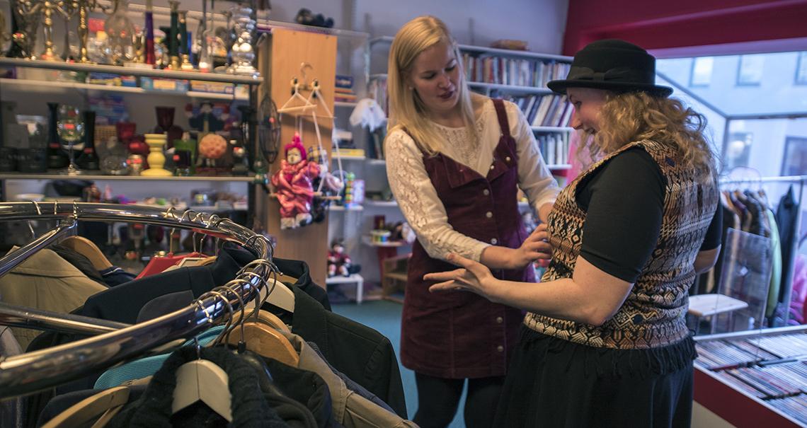 to damer på bruktbutikk