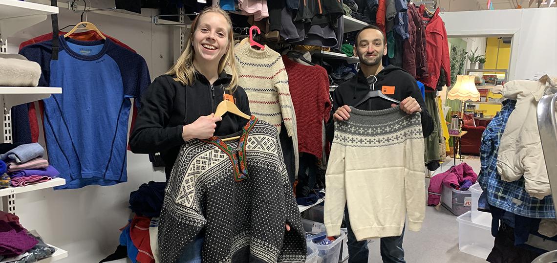 Dame og mann med gensere