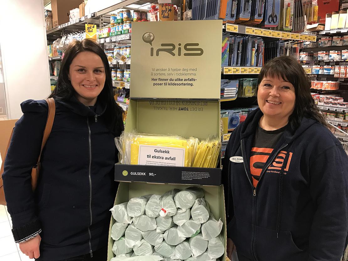 Butikksjef Ann-Kristin Kristiansen (t.h.) på Coop Prix på Helligberget på Fauske sammen med kundekonsulent Vibeke Krane i Iris. Kundene i butikken tok godt imot nyheten.
