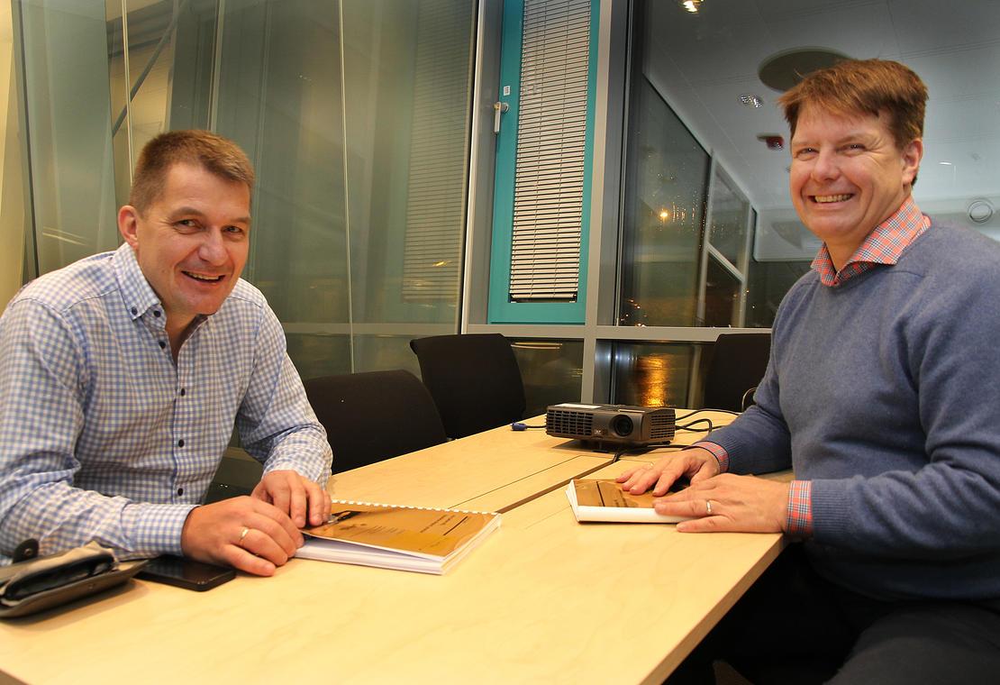 Administrerende direktør Leif Magne Hjelseng i Iris Salten undertegner avtalen med daglig leder Ola Haldorsen i M3 Anlegg om utvidelse av deponiet på Vikan.