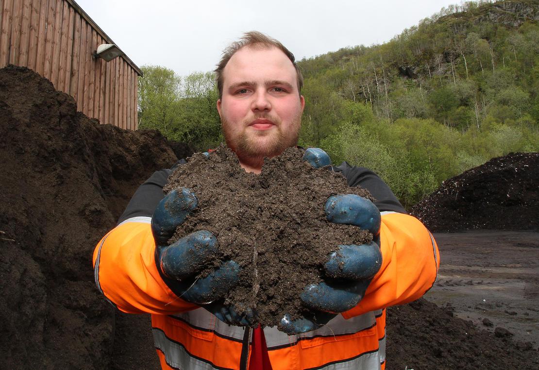 Å lage ferdig blomsterjord av matavfall er en møysommelig prosess. ‒ Det er dette som får Salten til å blomste, sier Bjørnar Strand.