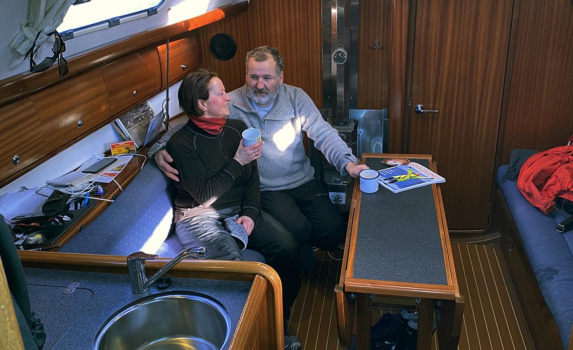 Mann og dame i seilbåt