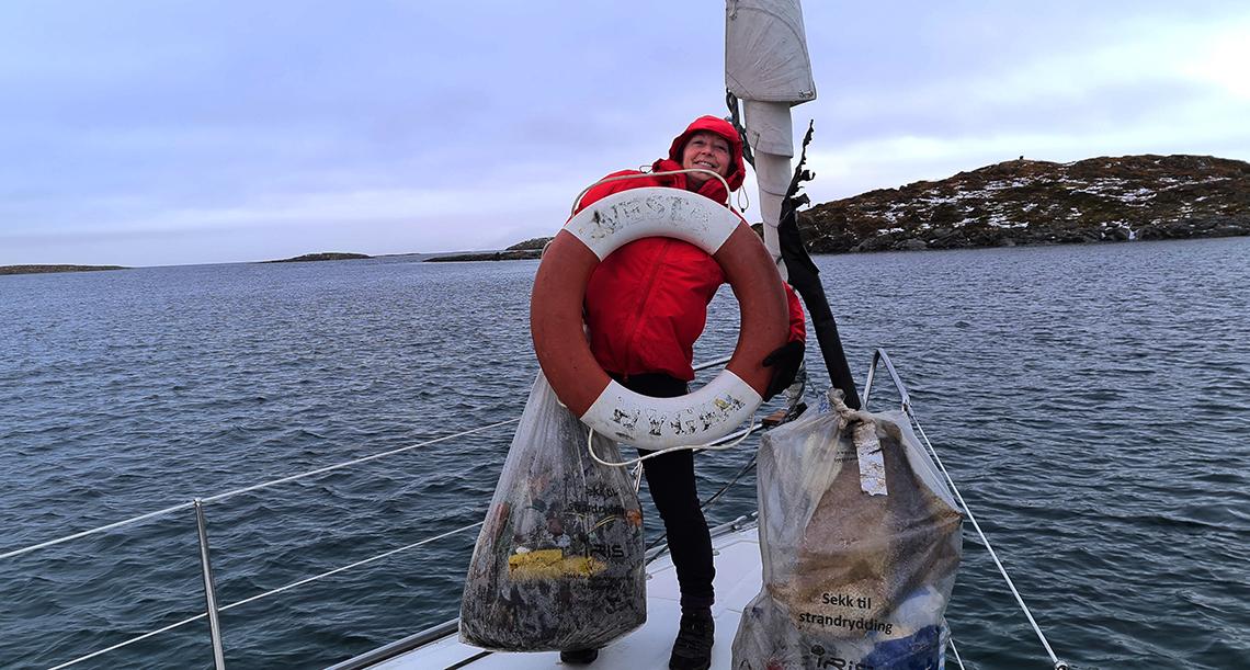 Dame ombord i seilbåt