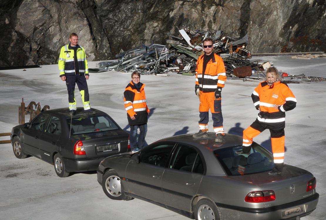 De to første bilvrakene er ankommet Vikan og tatt hånd om fra venstre Geir Tore Sandseth, Siri Einejord, Mikael Robertsen og Ilona Hellerud.