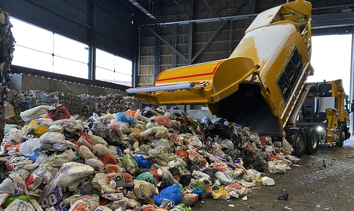 Renovasjonsbil tipper avfall
