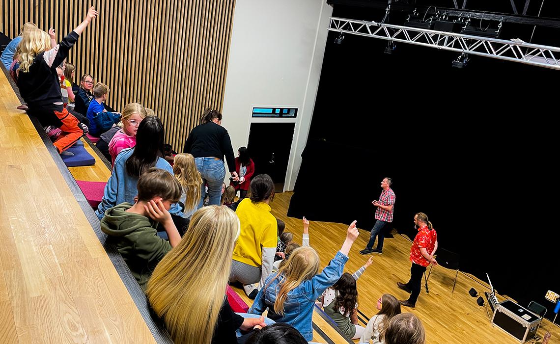God kontakt med engasjerte elever som rekker opp hånda