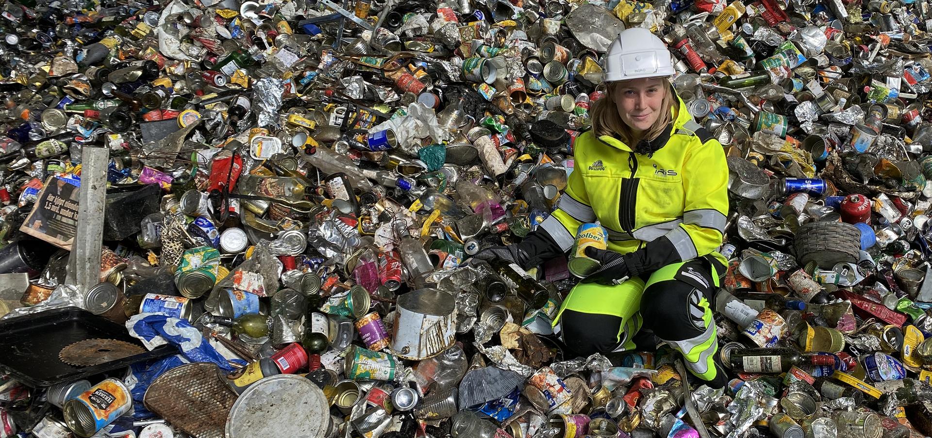 Dame med avfall av glass og metallemballasje