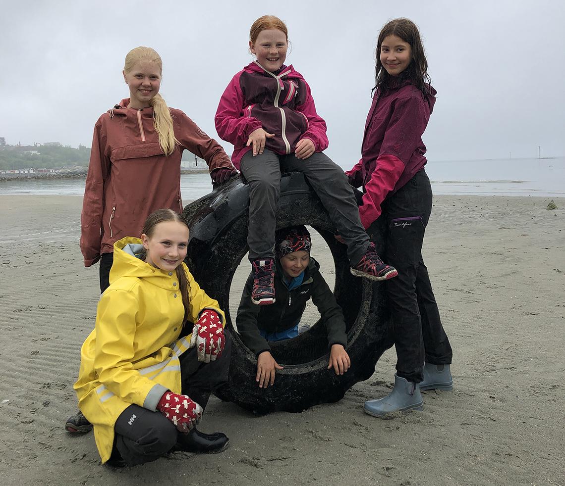 Barn rydder strand