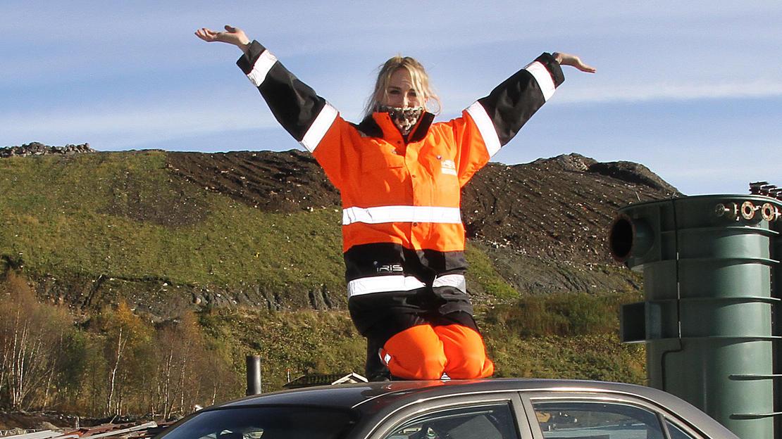 Denne bilen havner i «bilhimmelen» snart. Ilona Hellerud i Iris Produksjon regner med jevnt sig av bilvrak til Iris på Vikan.