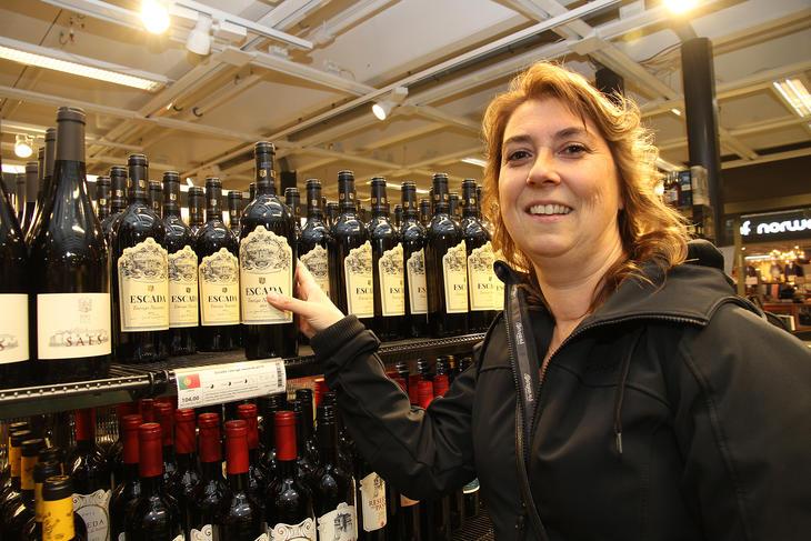Henny Antonsen på polet i Bodø. Vinflaska blir kildesortert når den er tom og havner i dunken for glassemballasje og hermetikkbokser.
