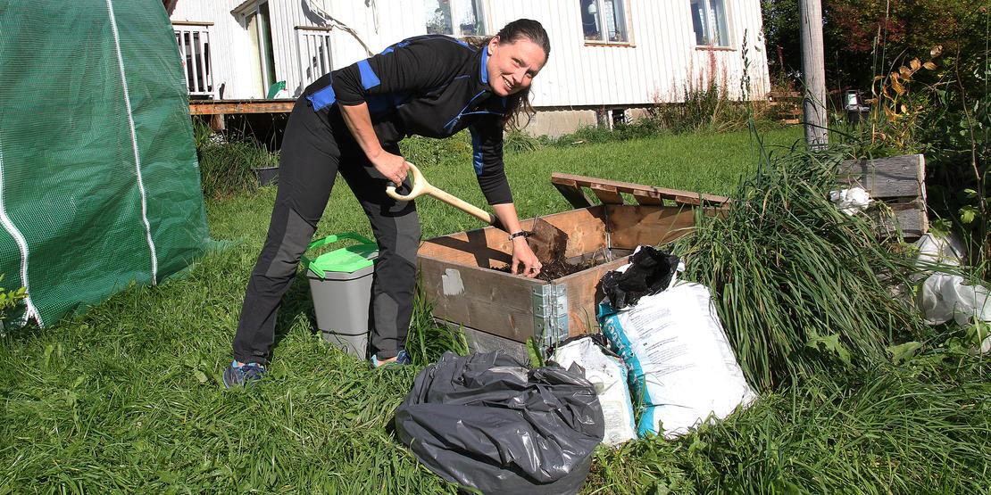 Om sommeren lager Eleonor jord ute i hagen.