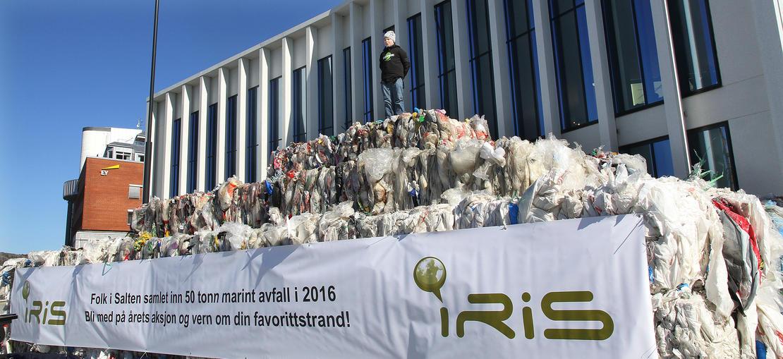 Heike Olaussen på 50 tonn plast.