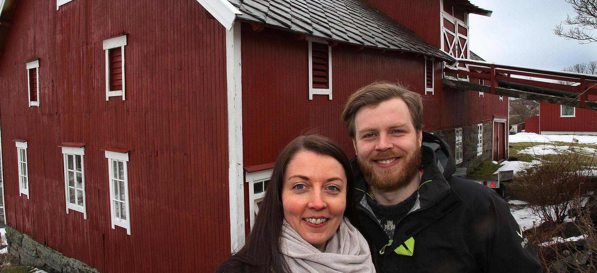 Katarina Belsom og Aleksander Jakobsen skal bygge om låven til miljøhus.
