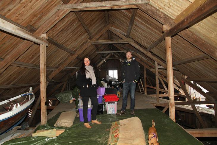 Her på låven hos Katarine Belsom og Aleksander Jakobsen skal det bli miljøhus.
