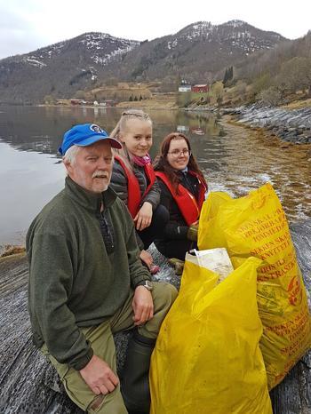 Elever fra Saltdal videregående skole og medlemmer i Saltdal båtforening gjennomførte aksjonen.