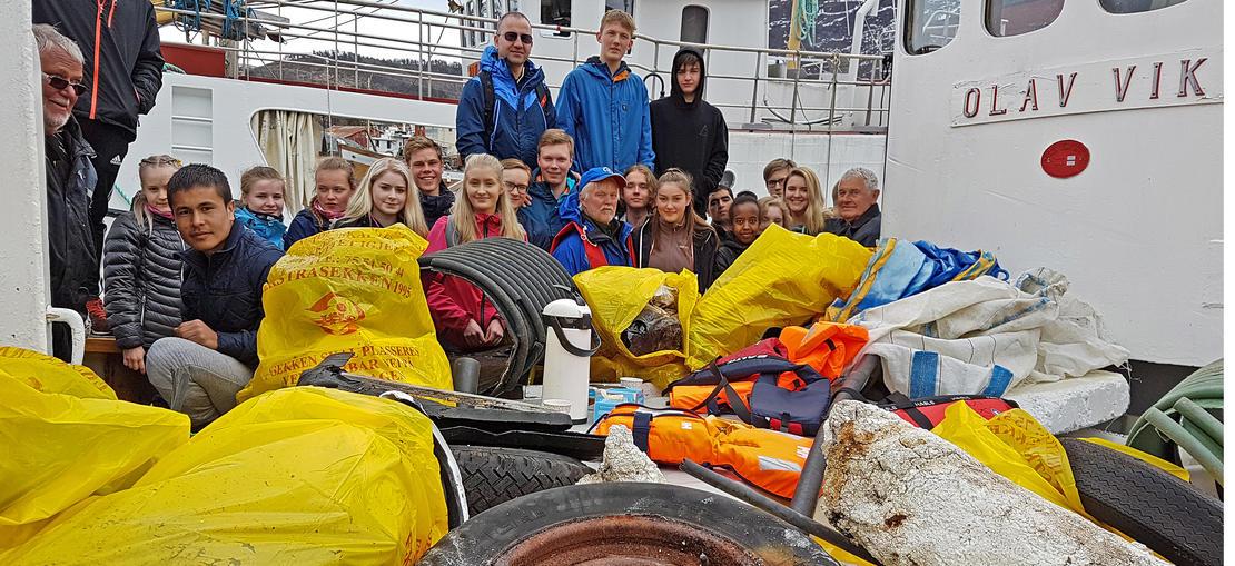 Elever fra Saltdal videregående og Saltdal båtforening har ryddet strandlinja i Saltdal